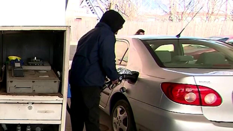 Baja el precio de la gasolina a 2 dólares con 21 centavos