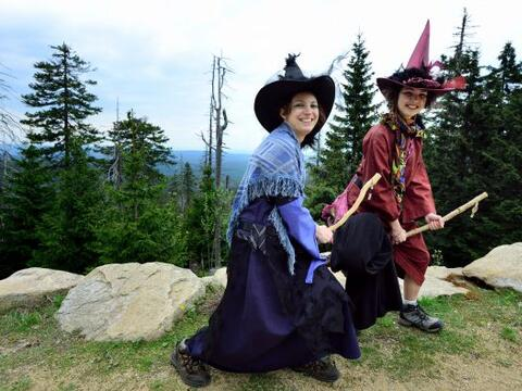 Silke y Lara posan vestidas de brujas cerca de la montaña Broken...