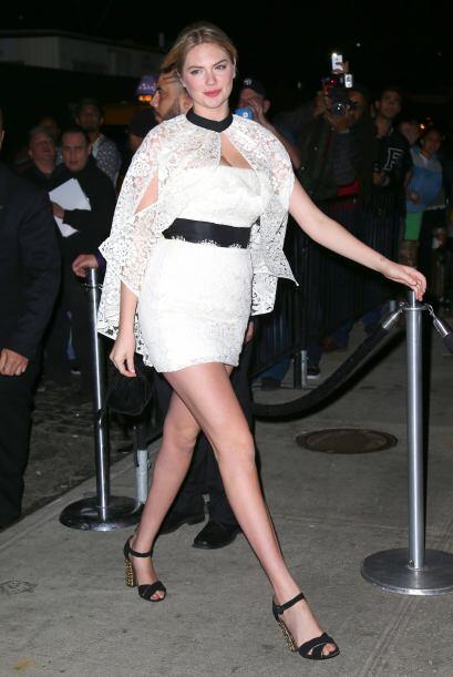 Kate Upton decidió mantener el glamour con un atuendo casual y elegante....