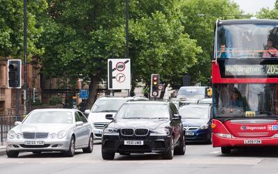 El tráfico en Londres, así como la contaminación, p...