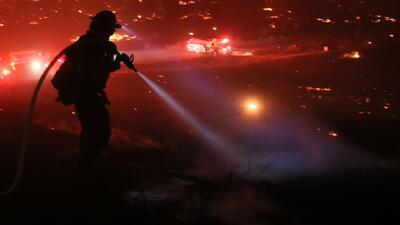 Al menos 300 bomberos atienden incendio de maleza entre Beverly Hills y Los Ángeles
