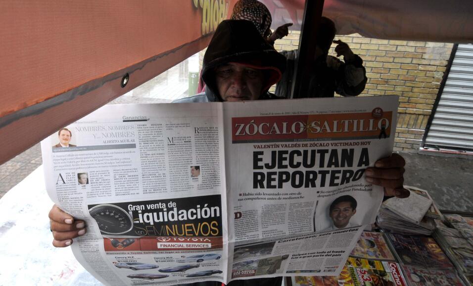 Un residente de la ciudad de Saltillo, México, lee el 8 de enero de 2010...