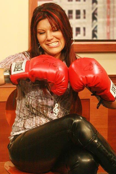 La cantante mexicana Diana Sánchez prepara sus puños para usarlos en con...