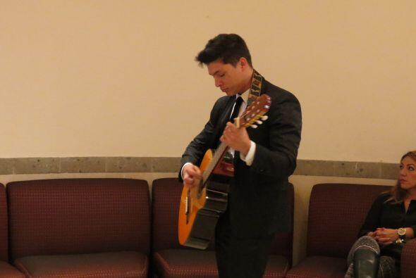 Mientras espera turno, Danny toca la guitarra.