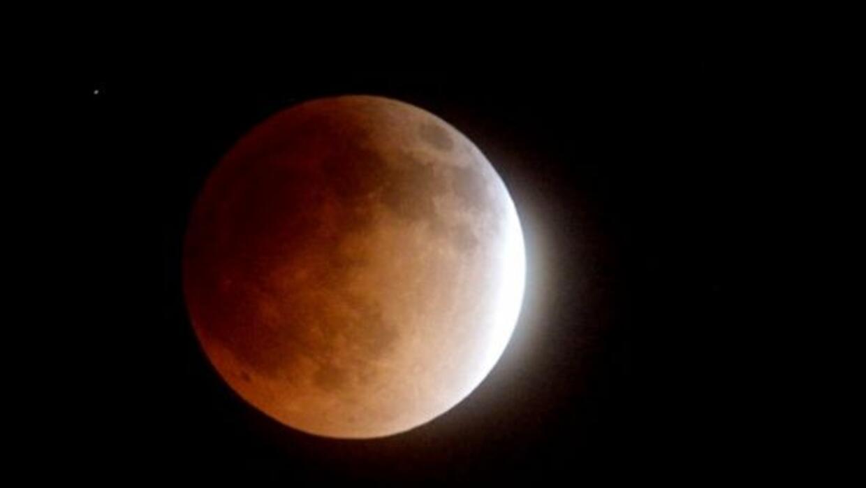 El satélite natural de la Tierra durante un eclipse lunar.