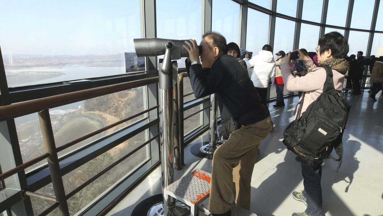Visitantes observan Corea del Norte desde Panmunjon.