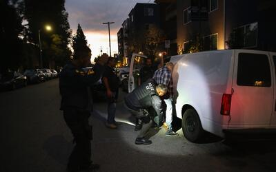 Agentes de ICE detienen a un hombre en Los Ángeles.