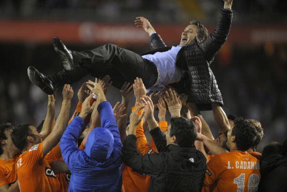 Los jugadores de la Real alzaron por los aires a su entrenador Phillipe...