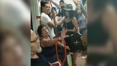 """Una española le niega el asiento de metro a una niña latinoamericana y los pasajeros le gritan """"racista"""""""