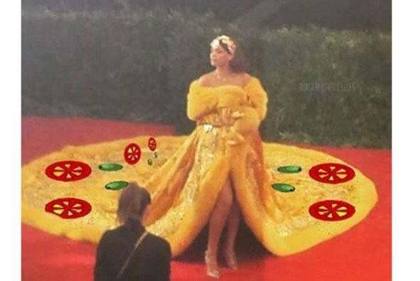La larga cola de su vestido ha sido comparada con una pizza.