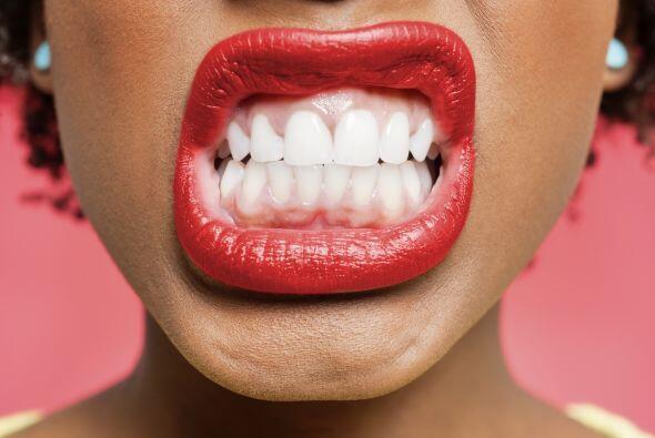 Que se te manchen los dientes con 'lipstick':  Aplicar un tono encendido...