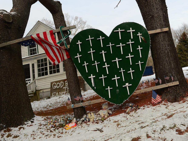 Un memorial a las víctimas del tiroteo de Sandy Hook, en Newtown,...