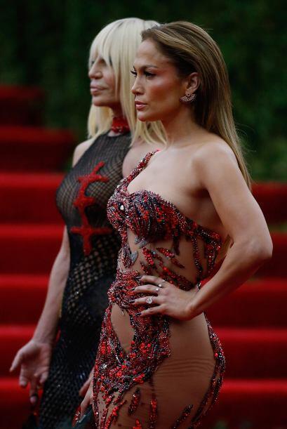 Transparencias por aquí, transparencias por allá en un sensual vestido r...