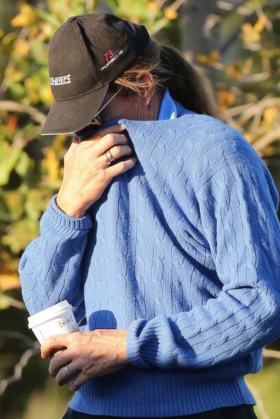 El padrastro de las Kardashian iba por su usual café mañanero.