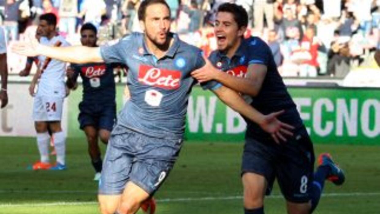 Higuaín celebra el primer gol de Napoles ante Roma.