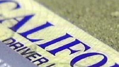 California comienza a entregar licencias de manejar a inmigrantes indocu...
