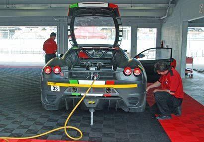 Los mecánicos ajustan todos los detalles de los Ferrari F430 para manten...