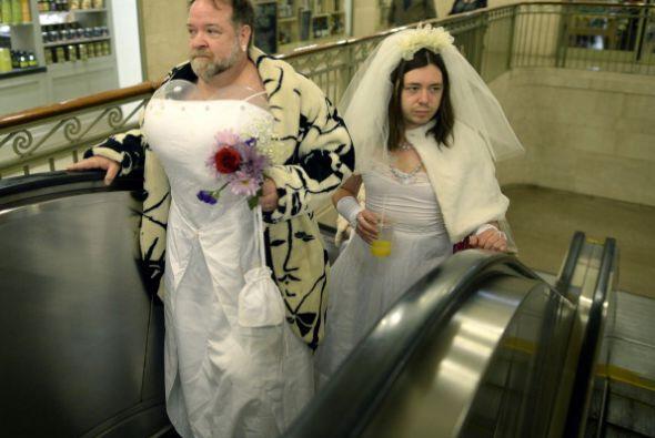 ¿Están listos para sorprenderse? Estos dos hombres vestido...