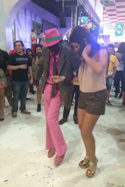 Este carismático brasileño le enseñó algunos pasos básicos para bailar s...