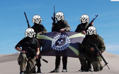Miembros de Atomwaffen en un entrenamiento que realizaron en el desierto...
