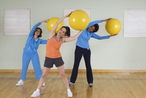 Este mismo ejercicio lo puedes hacer con la ayuda de una pelota para pil...