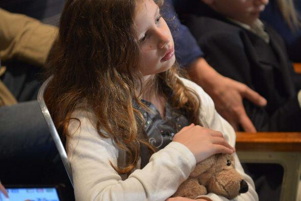 Durante el homenaje se vio a niños abrazando ositos de peluche que les h...