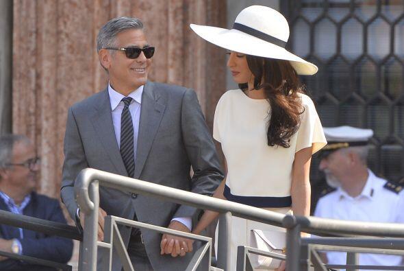 Y a Clooney y Amal no les queda de otra que sonreír y saludar al llamado...