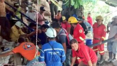 Personal de salvamento realiza operaciones de rescate de los mineros. Fo...