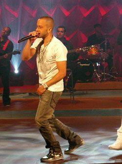 Yandel interpreta una de las canciones de La Revolución, Abusadora.