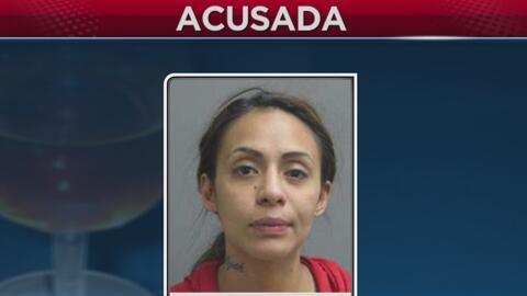 Arrestan a una mujer que presuntamente conducía alcoholizada con niños e...
