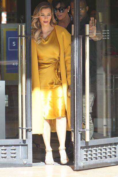 Kim Kardashian deslumbró con un traje amarillo oro, durante su d&...