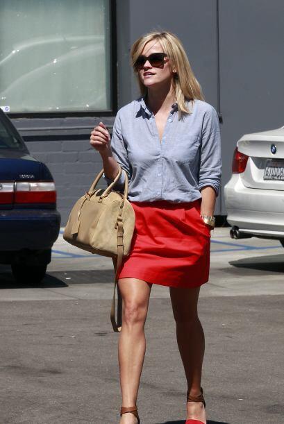 También una falda en rojo como la de Reese Whiterspoon puede hacerte sob...