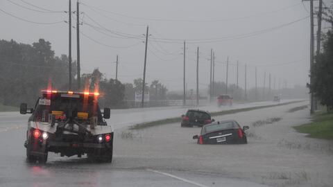 Varios vehículos atrapados en la inundación de la autopist...