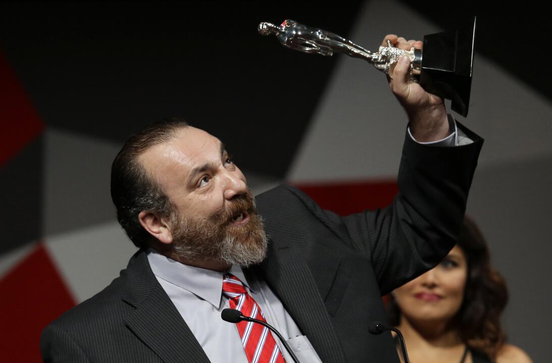 Hernán Mendoza celebra tras ganar el premio Ariel al mejor actor de cuad...