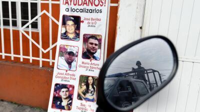 Las imágenes de los desaparecidos y el espejo de una patrulla en Veracruz.