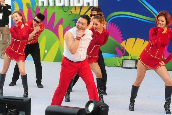 El artista Psy (c) se presenta mientras miles de personas se reún...
