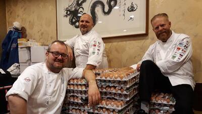 Los cocineros de la selección noruega con su pedido.