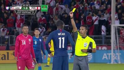 Tarjeta amarilla. El árbitro amonesta a Timothy Weah de USA
