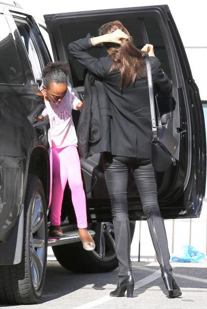 Llevó a las pequeñas a pasear a unas cuantas tiendas.