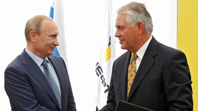 El presidente ruso Vladimir Putin, izquierda, estrecha la mano del presi...