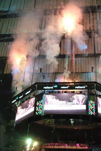 El público no paraba de gritar durante el show de fuegos pirotécnicos.