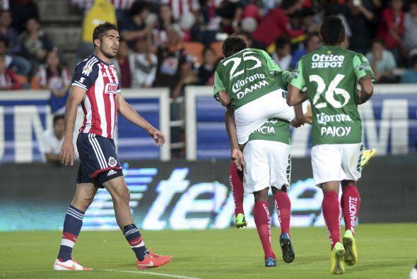 Jair Pereira (8).- El líder de la zaga del Guadalajara, con un compañero...