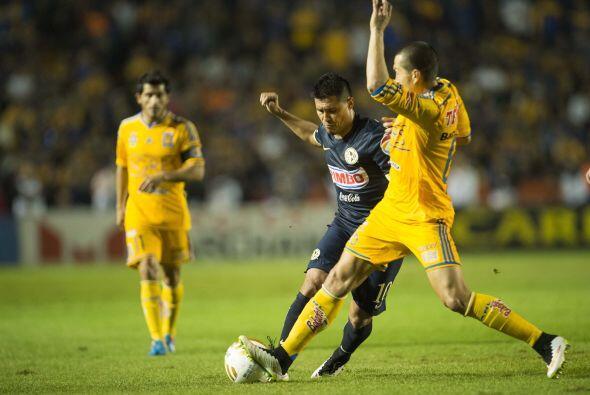 Tras un disparo de Luis Ángel Mendoza de media distancia, la pelota qued...