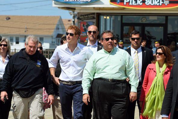 El príncipe Enrique de Gales visitó comunidades afectadas...