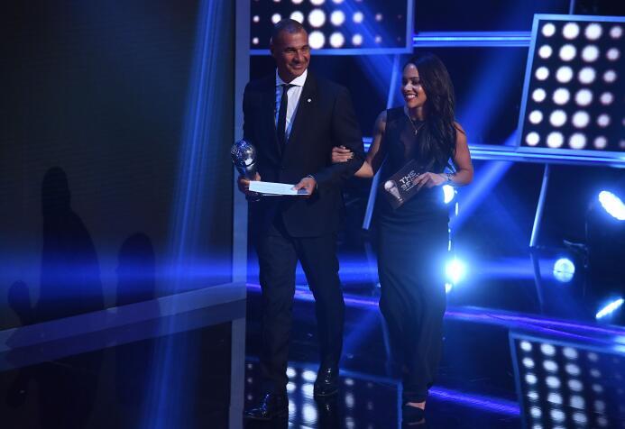 El siguiente premio fue Mejor Entrenador del fútbol Femenino, el cual fu...
