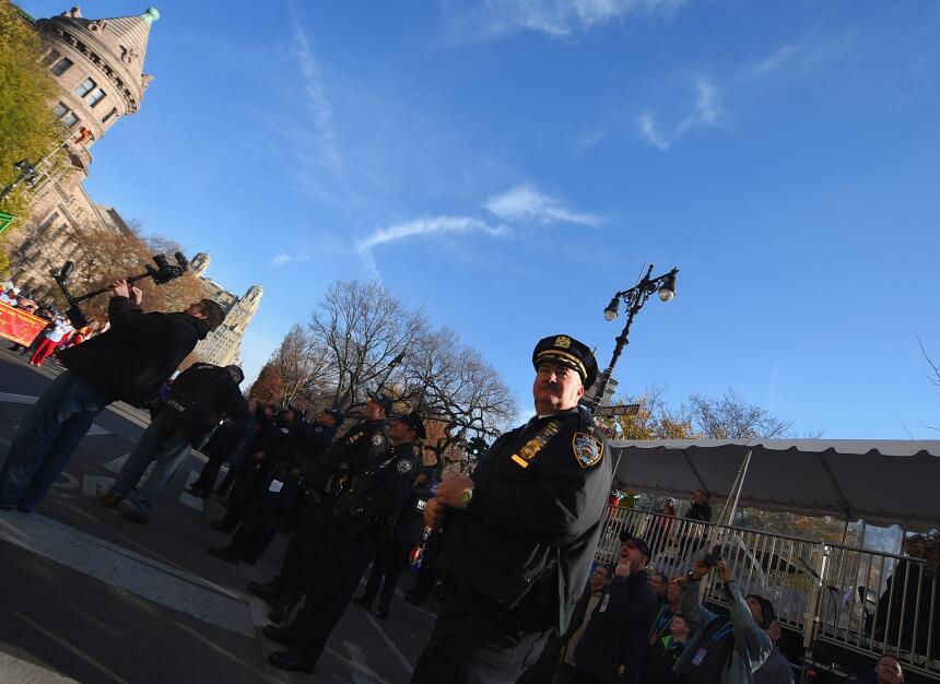 Al sumamente resguardado desfile acudieron cientos de personas y persona...