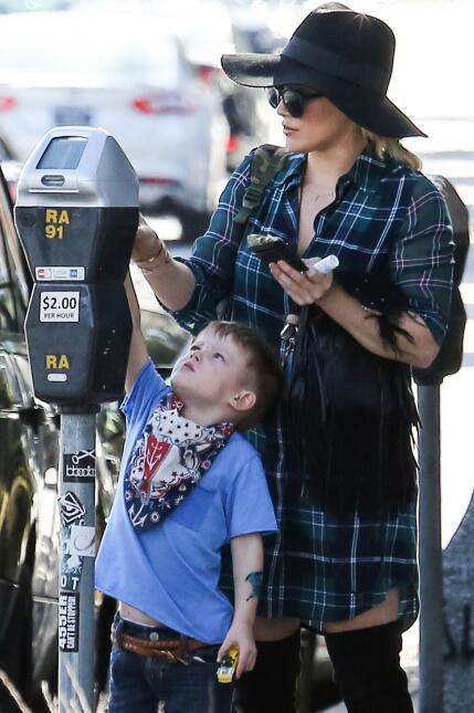 El pequeño hasta la ayudó a pagar el parqueo.