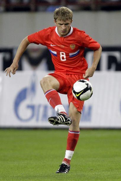 Denis Kolodin, jugador internacional de la selección local, viste los co...