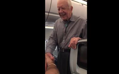Jimmy Carter saluda a todos los pasajeros de su vuelo