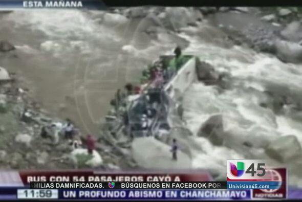 Un autobús repleto de pasajeros cayó a un rio en el centro de Perú, deja...